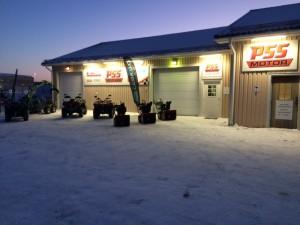 Vinterbild från utsidan av PSS Motors butik och verkstad